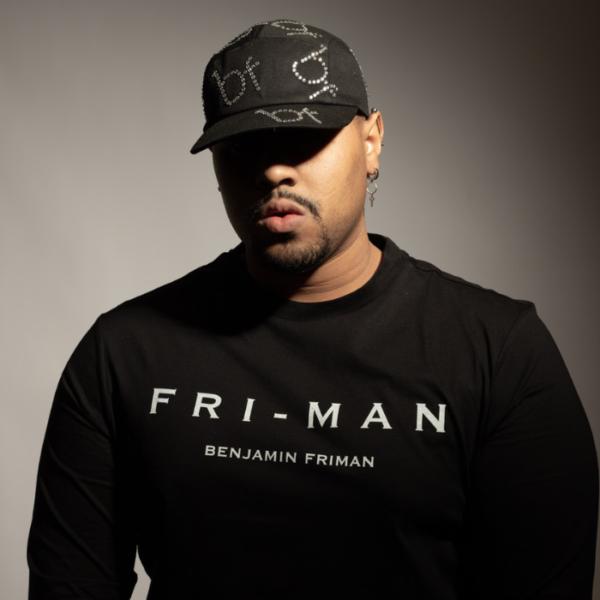 Gorra Urban-Chic negra con pedreria logo
