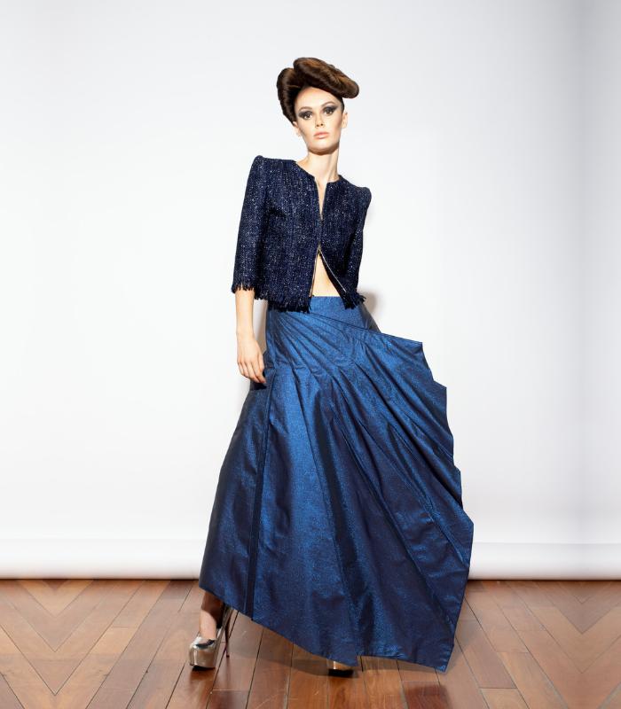 Falda plisada color azul cobalto largo midi con bolsillos