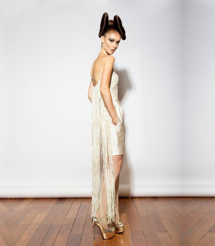 Vestido combinado en diferentes tejidos con cuerpo en esterilla desflecada en la parte de detrás y falda en seda natural con corset interior