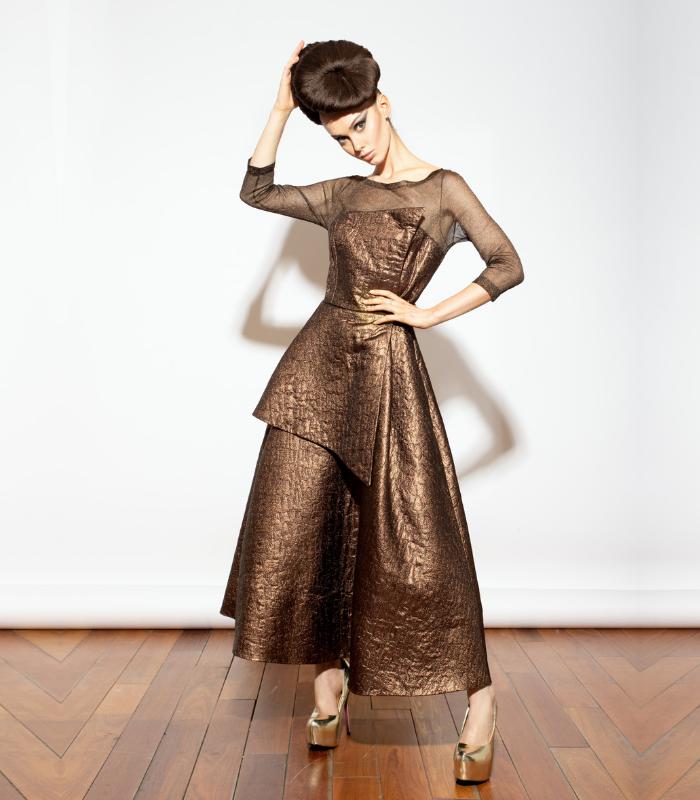 Vestido corte Midi en Seda Natural con cuerpo en maya de aluminio.